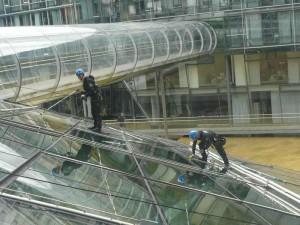 Industriekletterer bei der Glas und Fensterreinigung