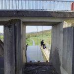 Industriekletterer seilt sich von Brücke ab