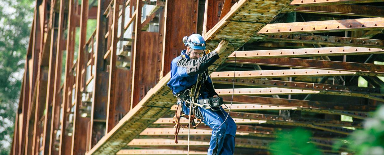 Industriekletterer bei Brückenbauarbeiten