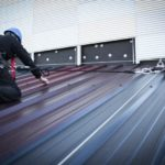 Industriekletterer auf Dach angeseilt