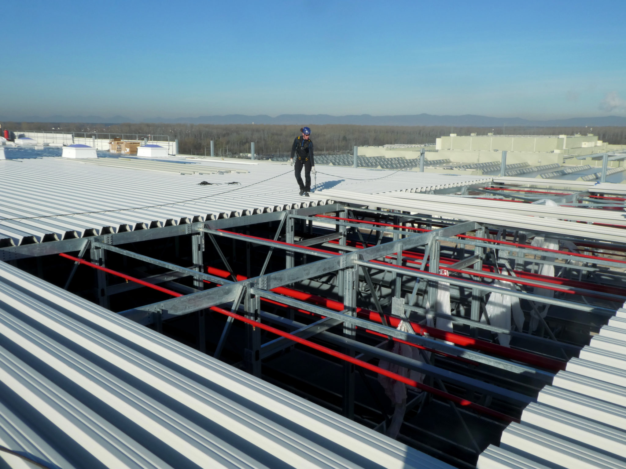 Gesichert mit persönlicher Schutzausrüstung gegen Absturz können sich die GEARS-Mitarbeiter auf dem Dach sicher bewegen.
