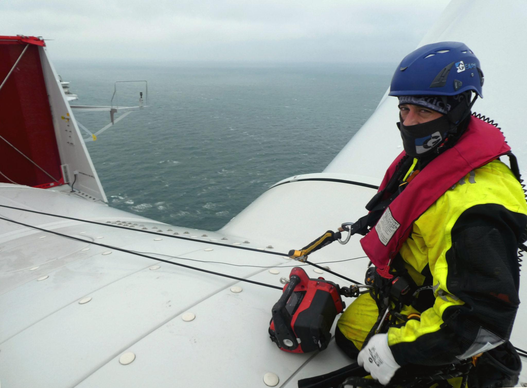 Der GEARS-Mitarbeiter bereitet sich auf das Abseilen vom Maschinenhaus der Anlage vor. Mit dabei: eine Winde von ActSafe.