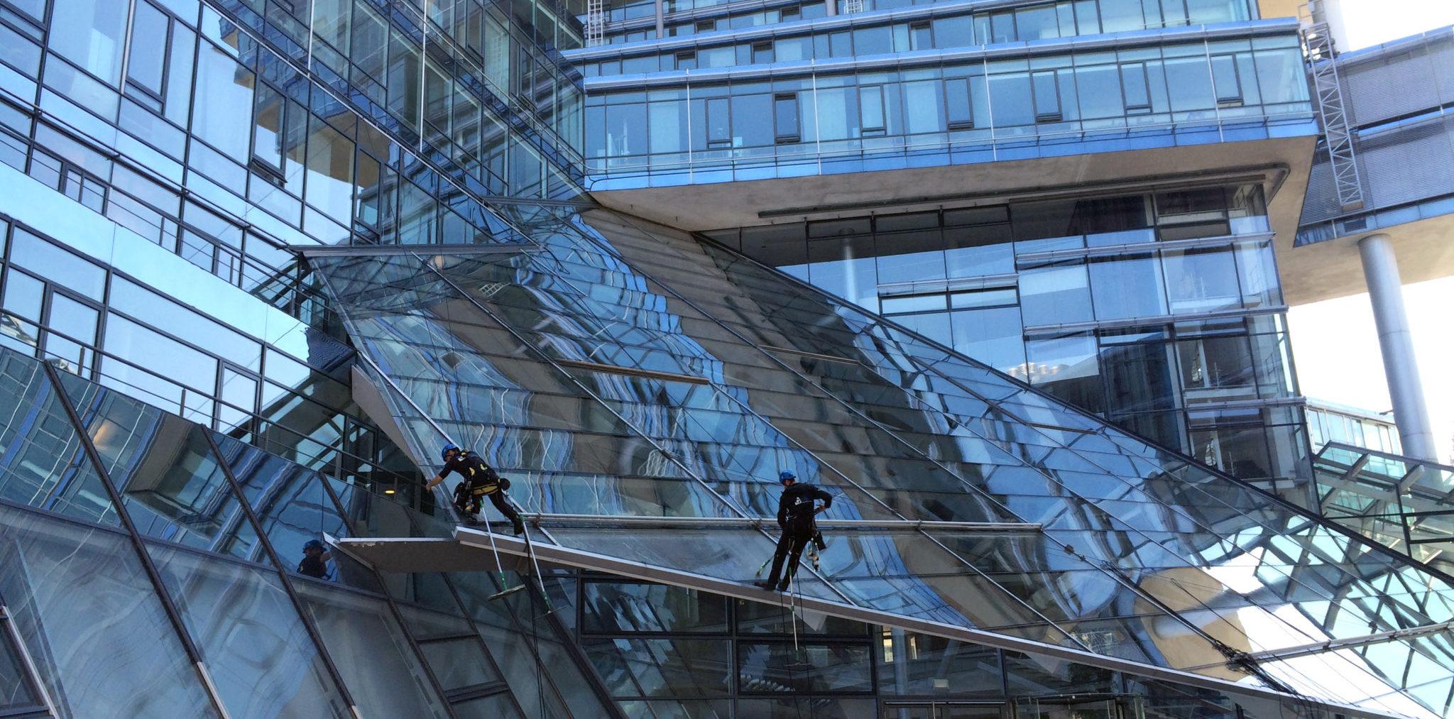Glasreinigung: mittels reduntantem Seilsystem arbeiten sich die GEARS-Spezialisten von Glasfläche zu Glasfläche.