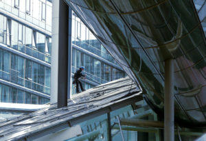 Mit Seilen gesichert kann die Glasreinigung durchgeführt werden.